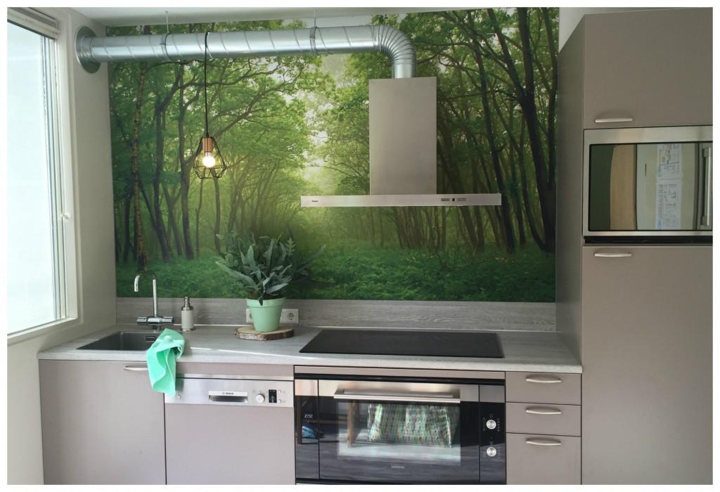 Keuken met bosprint als achterwand